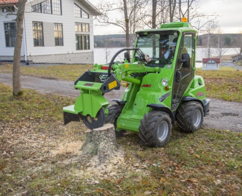 Baumaschinen Avant mit Baumstumpfräse