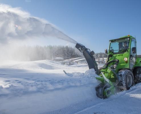 Kommunalmaschine mit Schneefräse Winterdienst